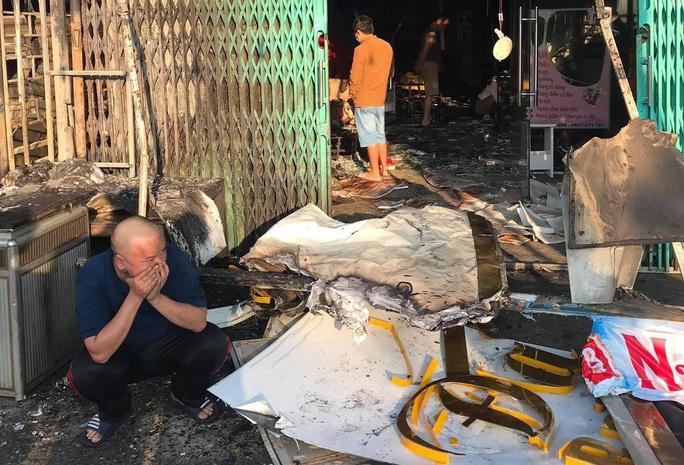 Cháy nhà sáng mùng 4 Tết, cảnh sát phá cửa cứu 6 người thoát nạn - Ảnh 6.