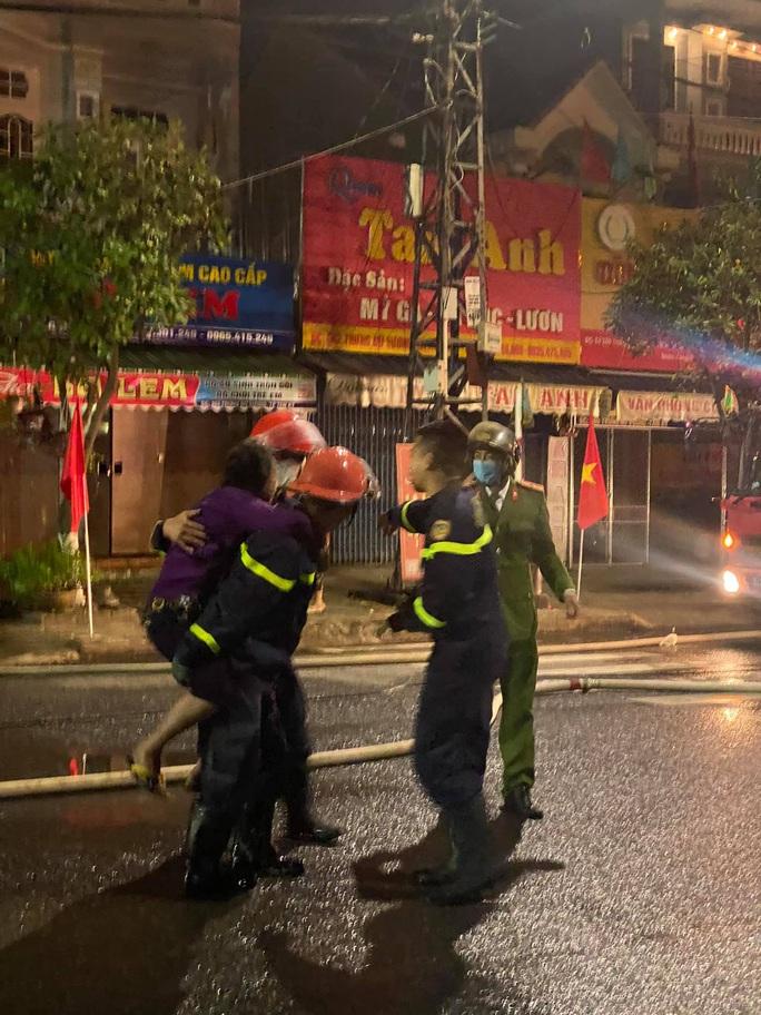 Cháy nhà sáng mùng 4 Tết, cảnh sát phá cửa cứu 6 người thoát nạn - Ảnh 1.