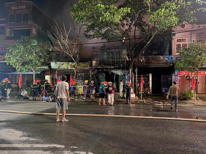 Cháy nhà sáng mùng 4 Tết, cảnh sát phá cửa cứu 6 người thoát nạn - Ảnh 3.