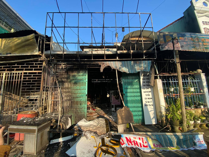 Cháy nhà sáng mùng 4 Tết, cảnh sát phá cửa cứu 6 người thoát nạn - Ảnh 5.