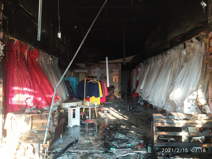 Cháy nhà sáng mùng 4 Tết, cảnh sát phá cửa cứu 6 người thoát nạn - Ảnh 4.
