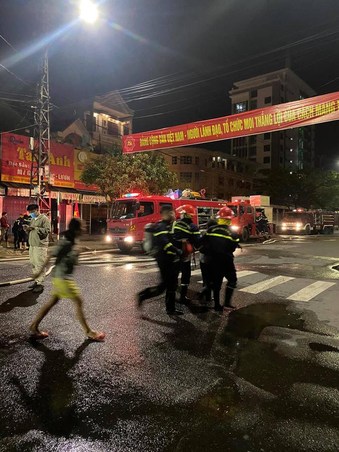 Cháy nhà sáng mùng 4 Tết, cảnh sát phá cửa cứu 6 người thoát nạn - Ảnh 2.