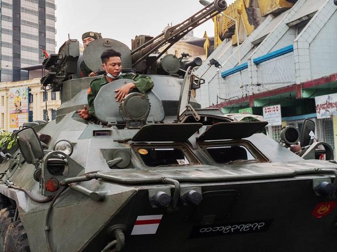 Myanmar triển khai xe tăng, nổ súng giải tán người biểu tình - Ảnh 2.