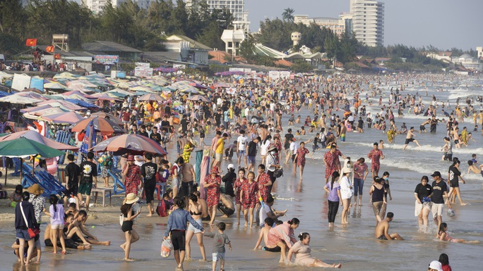 Lượng khách giảm 80%, biển Vũng Tàu vẫn đông người tắm - Ảnh 1.