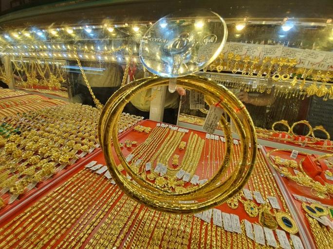 Giá vàng hôm nay 16-2: Vàng SJC neo giá quá cao - Ảnh 1.