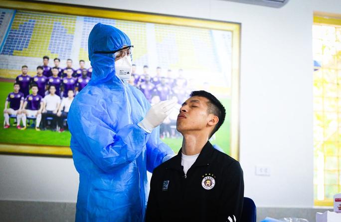 CLIP: Quang Hải, Hùng Dũng, Văn Quyết nhăn mặt lấy mẫu xét nghiệm Covid-19 - Ảnh 4.