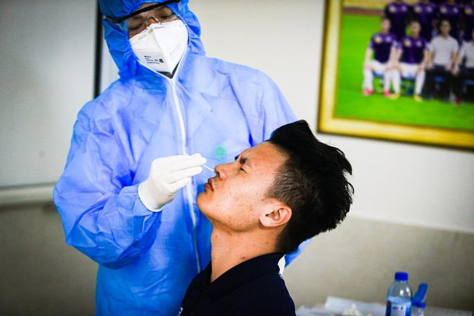 CLIP: Quang Hải, Hùng Dũng, Văn Quyết nhăn mặt lấy mẫu xét nghiệm Covid-19 - Ảnh 5.