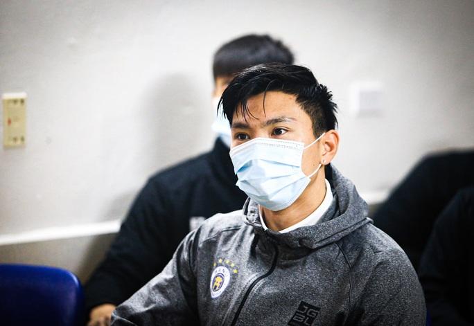 CLIP: Quang Hải, Hùng Dũng, Văn Quyết nhăn mặt lấy mẫu xét nghiệm Covid-19 - Ảnh 3.