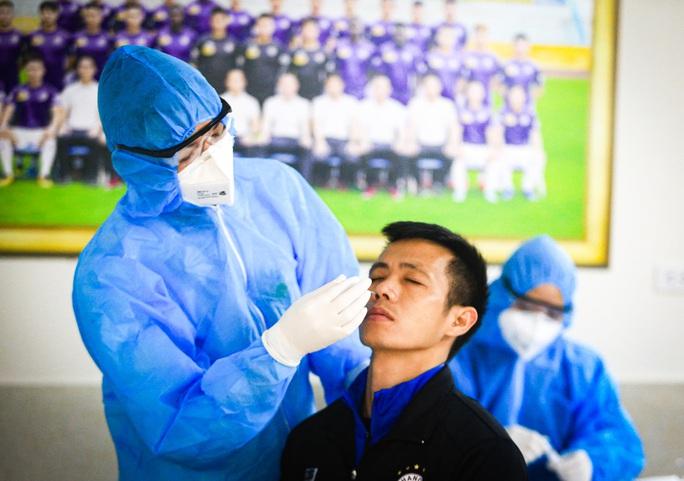 CLIP: Quang Hải, Hùng Dũng, Văn Quyết nhăn mặt lấy mẫu xét nghiệm Covid-19 - Ảnh 6.
