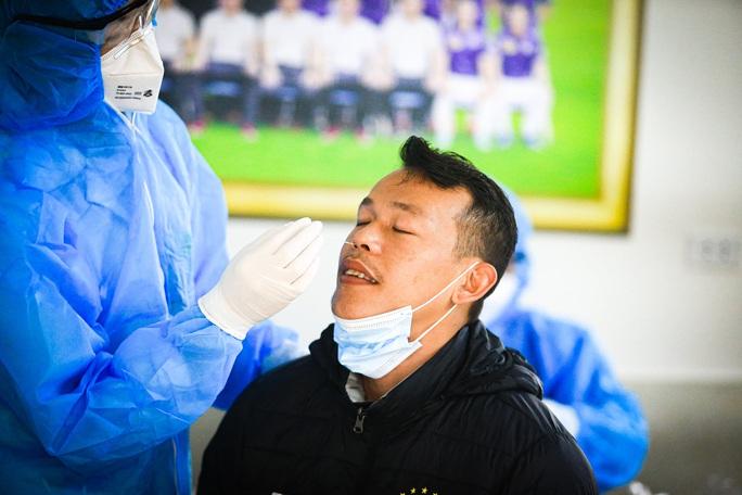 CLIP: Quang Hải, Hùng Dũng, Văn Quyết nhăn mặt lấy mẫu xét nghiệm Covid-19 - Ảnh 8.