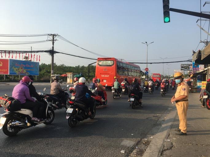 Mùng 5 Tết, người dân đổ về TP HCM, giao thông vẫn ngon lành - Ảnh 3.