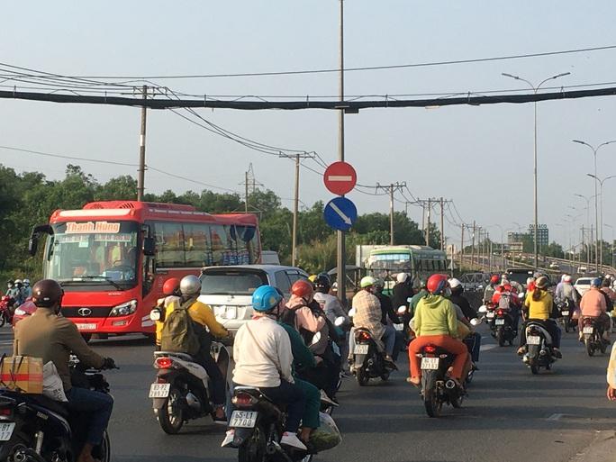 Mùng 5 Tết, người dân đổ về TP HCM, giao thông vẫn ngon lành - Ảnh 4.
