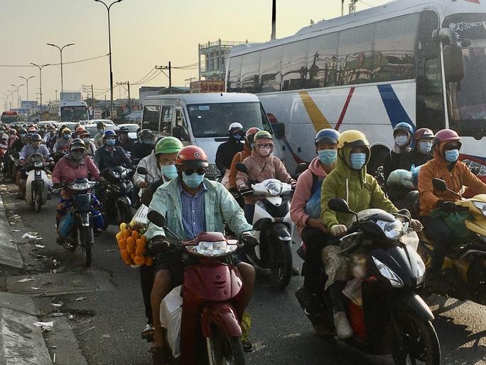 Mùng 5 Tết, người dân đổ về TP HCM, giao thông vẫn ngon lành - Ảnh 1.