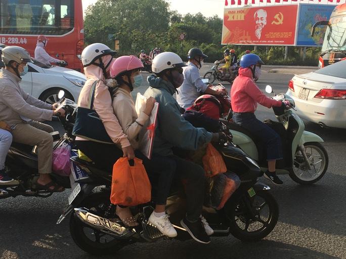 Mùng 5 Tết, người dân đổ về TP HCM, giao thông vẫn ngon lành - Ảnh 2.
