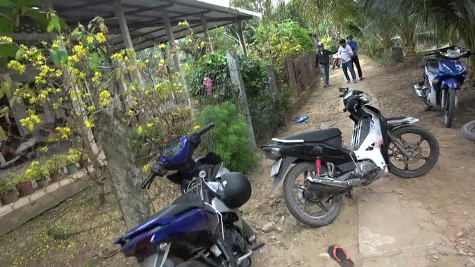 CLIP: Lại phá trường gà ở Tiền Giang, nhiều đối tượng tháo chạy - Ảnh 2.