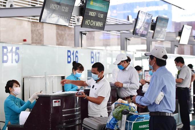Chọn ngẫu nhiên hành khách bay từ Hà Nội, Quảng Ninh, Hải Dương vào TP HCM lấy mẫu dịch họng - Ảnh 1.