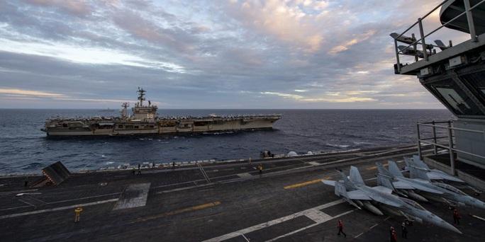 Ảnh hiếm về hoạt động của hai tàu sân bay Mỹ ở biển Đông - Ảnh 4.