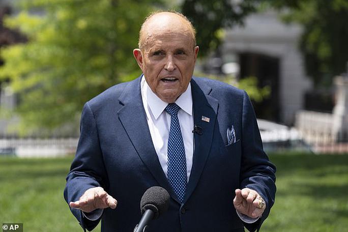 Ông Trump và luật sư riêng Giuliani đường ai nấy đi - Ảnh 1.