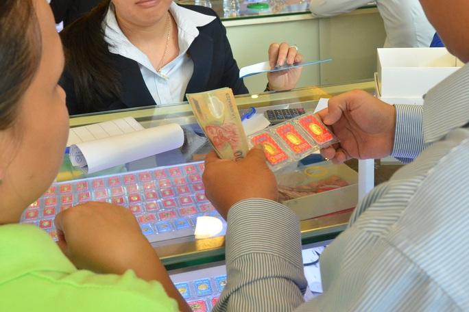 Giá vàng hôm nay 17-2: Giảm mạnh, người mua mất 600.000 đồng/lượng - Ảnh 1.
