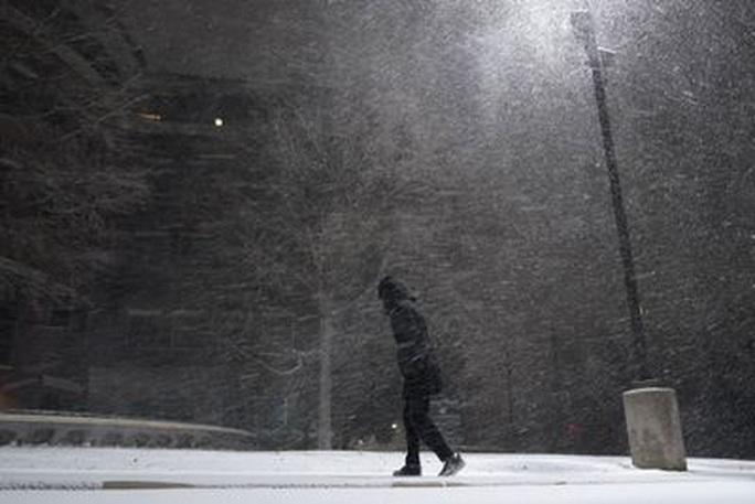 Xoáy cực xâm lấn, 3/4 bang nước Mỹ ngập trong tuyết - Ảnh 1.