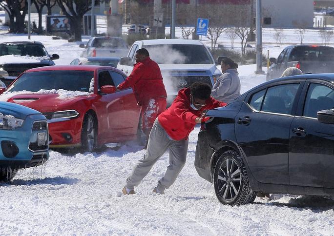 Xoáy cực xâm lấn, 3/4 bang nước Mỹ ngập trong tuyết - Ảnh 4.