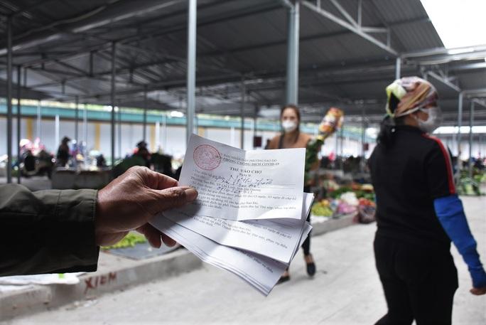 Cận cảnh: Ngày đầu người dân trong tâm dịch Chí Linh đi chợ bằng tem phiếu - Ảnh 1.
