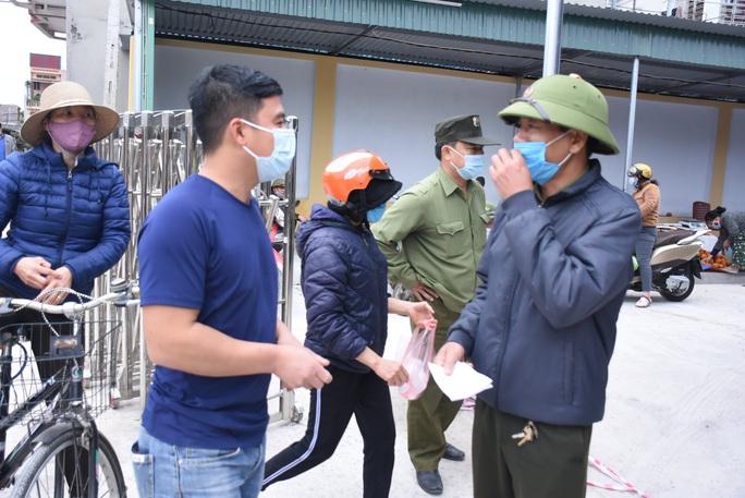 Cận cảnh: Ngày đầu người dân trong tâm dịch Chí Linh đi chợ bằng tem phiếu - Ảnh 5.