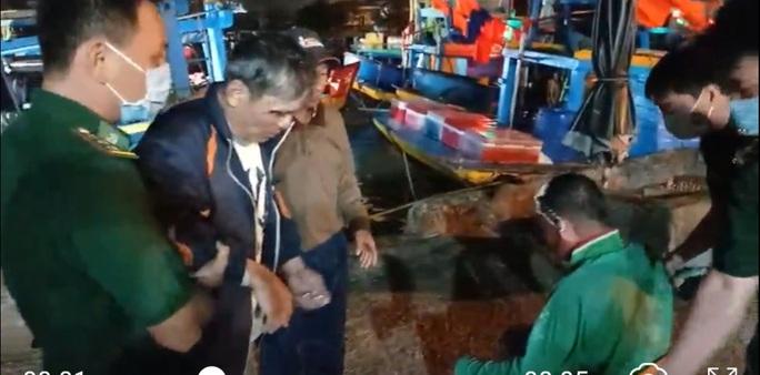 Tàu cá bị sóng đánh chìm, 3 người tử vong, 2 mất tích - Ảnh 1.