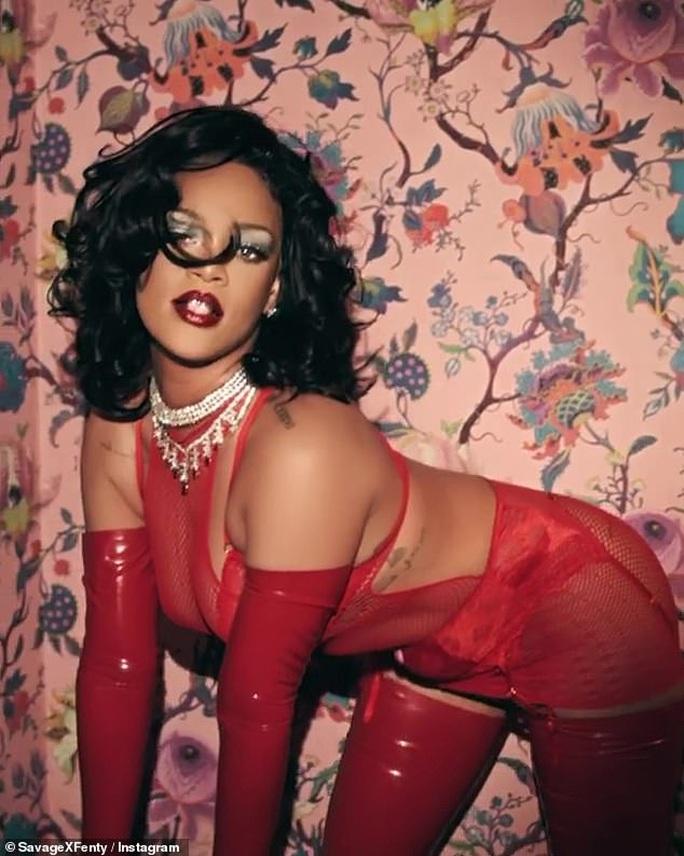 Rihanna táo bạo với nội y xuyên thấu - Ảnh 1.