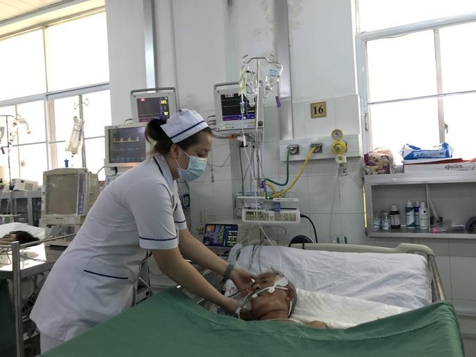 Huy động bác sĩ 5 chuyên khoa cứu bệnh nhân ho ra máu sét đánh - Ảnh 3.