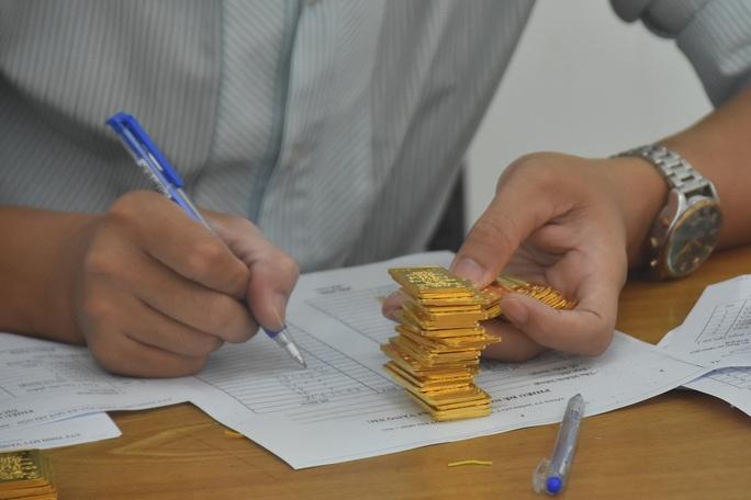 Giá vàng hôm nay 18-2: Tiếp tục giảm sâu, các quỹ đầu tư bán 39,5 tấn vàng - Ảnh 1.