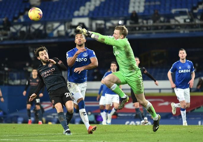 Hai siêu phẩm hạ Everton 3-1, Man City xây chắc ngôi đầu - Ảnh 1.