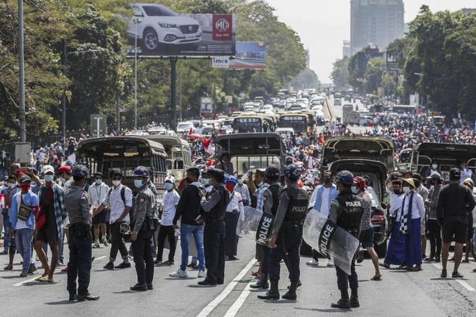 Đảo chính tại Myanmar: Quân đội truy nã người nổi tiếng - Ảnh 1.