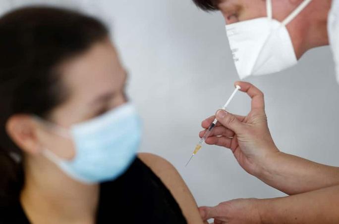 Các nhà ngoại giao Mỹ yêu cầu tiêm vắc-xin Covid-19 của Nga? - Ảnh 2.
