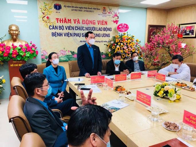 Chủ tịch Tổng LĐLĐ Nguyễn Đình Khang thăm và động viên cán bộ y tế - Ảnh 1.