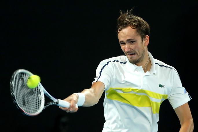 Medvedev hẹn chung kết với Djokovic sau khi hạ gục nhanh Tsitsipas - Ảnh 3.