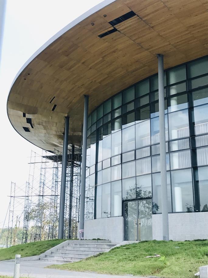 Nhà hát 200 tỉ đồng vừa hoàn thành đã xuất hiện hư hỏng - Ảnh 3.