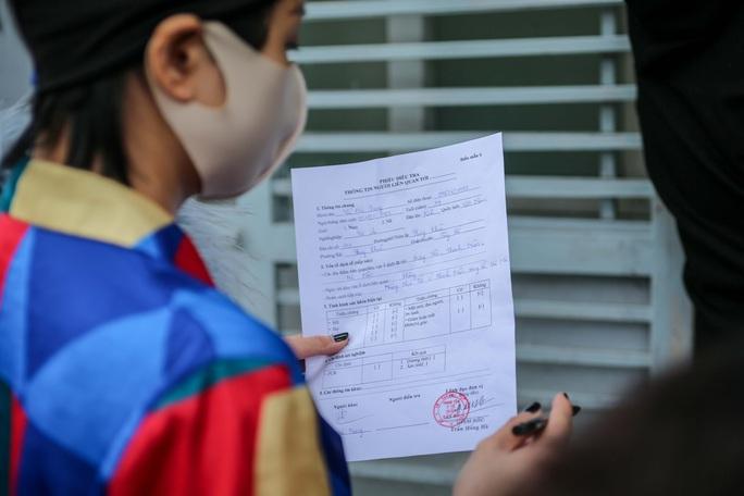 CLIP: Hàng trăm người dân từ Hải Dương về được lấy mẫu xét nghiệm Covid-19 - Ảnh 8.