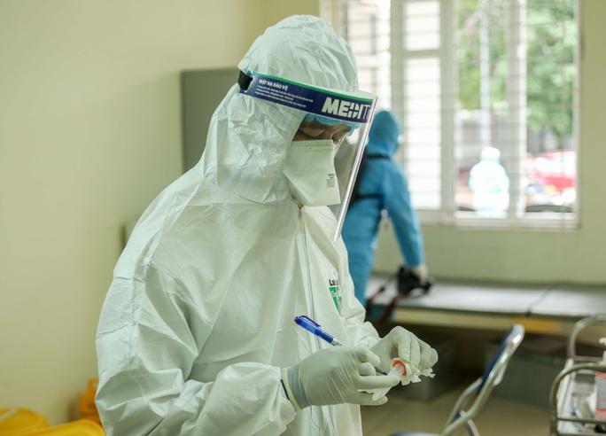 CLIP: Hàng trăm người dân từ Hải Dương về được lấy mẫu xét nghiệm Covid-19 - Ảnh 16.