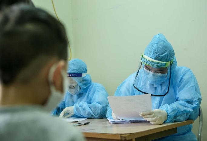 CLIP: Hàng trăm người dân từ Hải Dương về được lấy mẫu xét nghiệm Covid-19 - Ảnh 12.