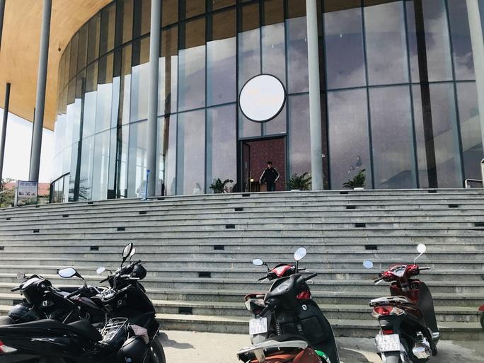 Nhà hát 200 tỉ đồng vừa hoàn thành đã xuất hiện hư hỏng - Ảnh 7.