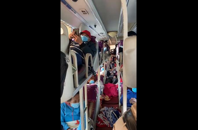 CLIP: Bất ngờ trong chiếc xe ôtô khách 46 chỗ trên đường di chuyển vào Bình Dương - Ảnh 2.