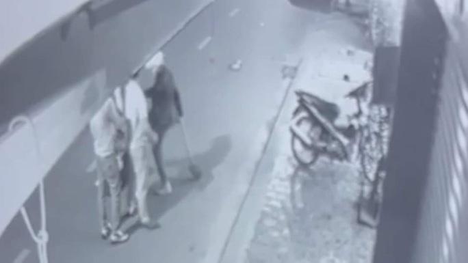 CLIP: Nam thanh niên dùng xẻng đánh, đạp người phụ nữ trẻ sau va chạm giao thông - Ảnh 2.