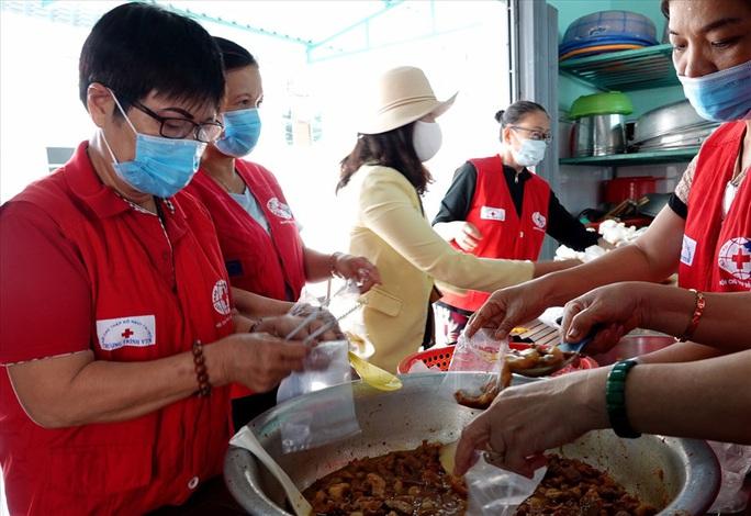Người giữ lửa bếp ăn cho bệnh nhân nghèo - Ảnh 1.