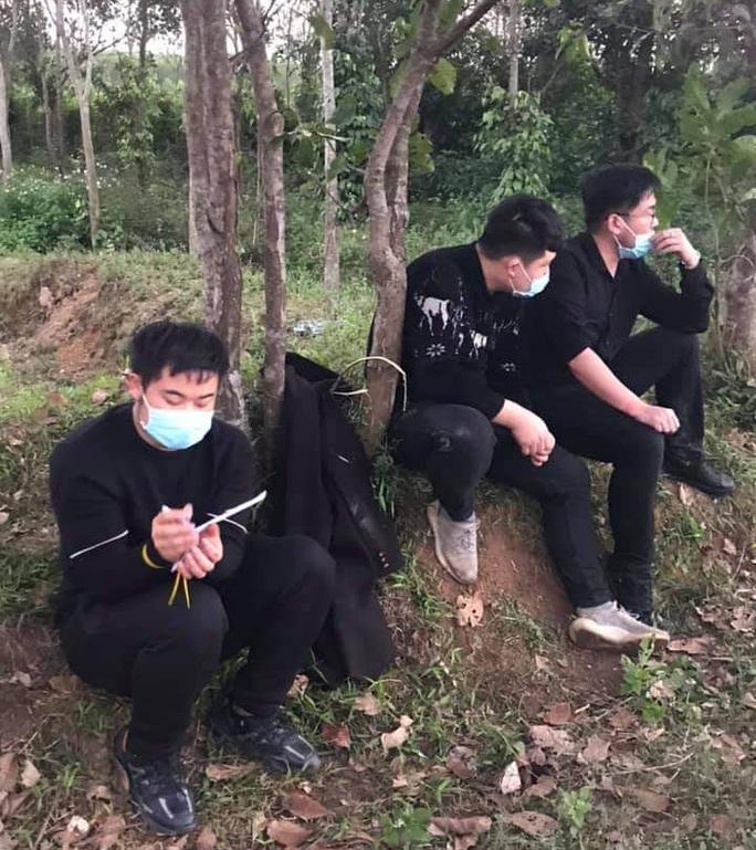Nhóm người Trung Quốc bỏ chạy tán loạn sau cuộc gọi khẩn của người dân - Ảnh 1.