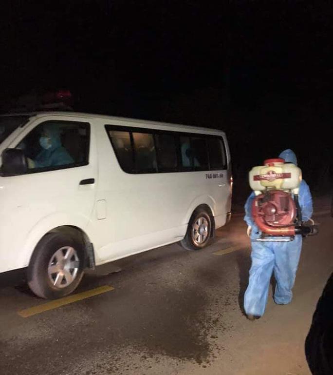 Nhóm người Trung Quốc bỏ chạy tán loạn sau cuộc gọi khẩn của người dân - Ảnh 2.
