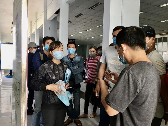 Hình ảnh ngàn người đến ga Sài Gòn đổi, trả vé tàu Tết - Ảnh 5.