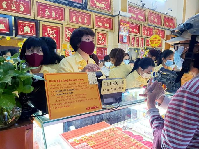 Nhẫn trơn, vàng trang sức tăng giá, khách vẫn rủ nhau  mua trước ngày Thần Tài - Ảnh 4.