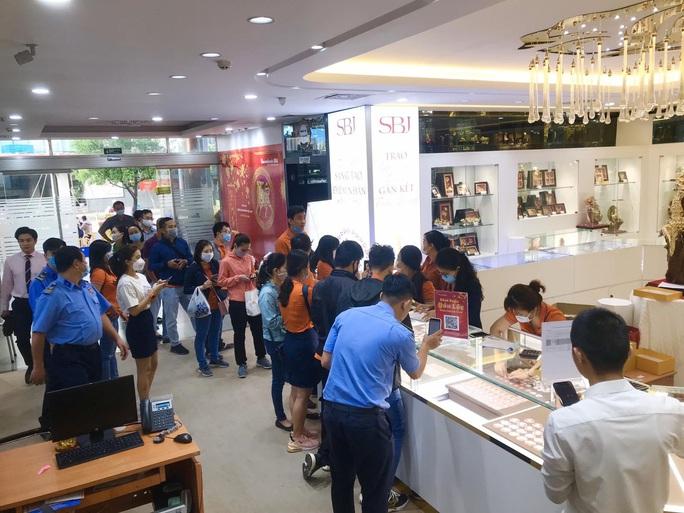Nhẫn trơn, vàng trang sức tăng giá, khách vẫn rủ nhau  mua trước ngày Thần Tài - Ảnh 3.