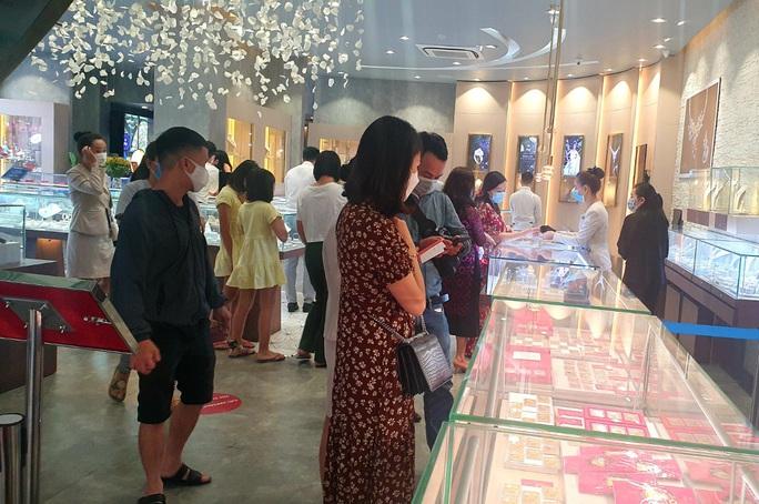 Nhẫn trơn, vàng trang sức tăng giá, khách vẫn rủ nhau  mua trước ngày Thần Tài - Ảnh 2.